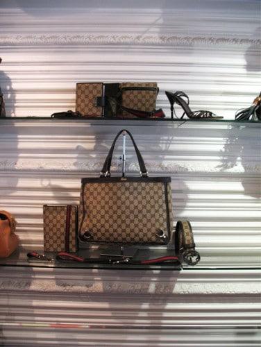 Магазин на Gucci стена с профили Orac Decor