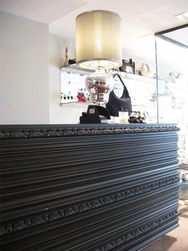 Работен плот в магазин Gucci с профили