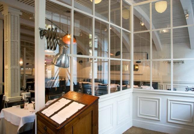 Класически стил в ресторант La Rambla с профили за стени 1