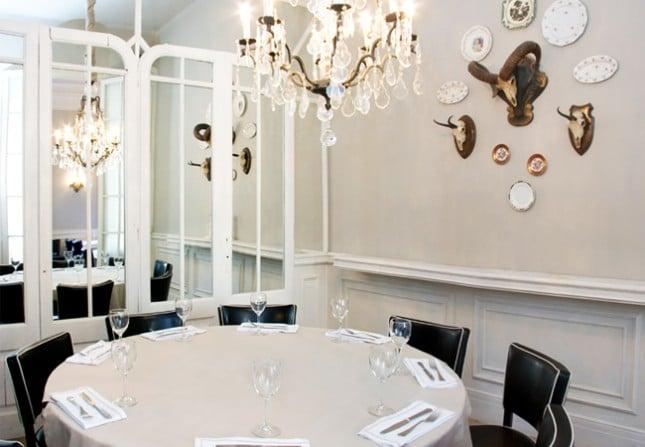Класически стил в ресторант La Rambla с профили за стени 5