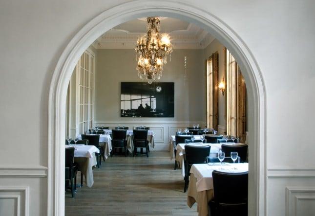 Класически стил в ресторант La Rambla с профили за стени