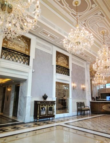 Декорации на стени и тавани с рамки в хотел 3